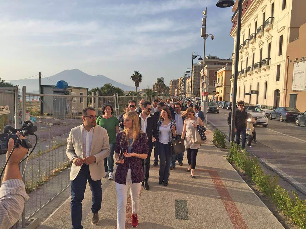 Barbara Matera passeggia con Gaetano CImmino a Castellammare