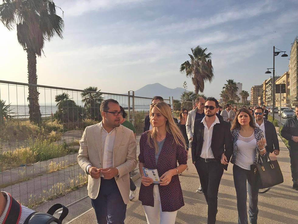Barbara Matera passeggia con Gaetano CImmino villa comunale